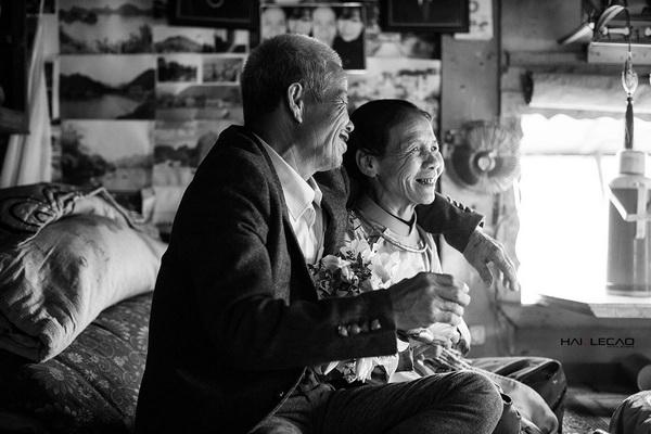 Bộ ảnh cưới của ông bà lão nhặt rác khiến dân mạng xúc động